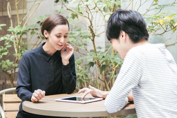 マッチングアプリを通じて知り合った外国人と日本人の男女