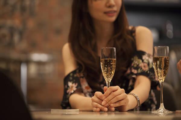 マッチングアプリで出会った遊び友達とお酒を嗜む女性