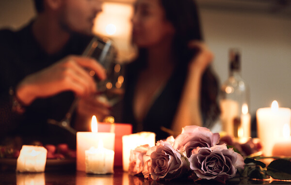 出会い系アプリ・サイトでデートする親密な男女