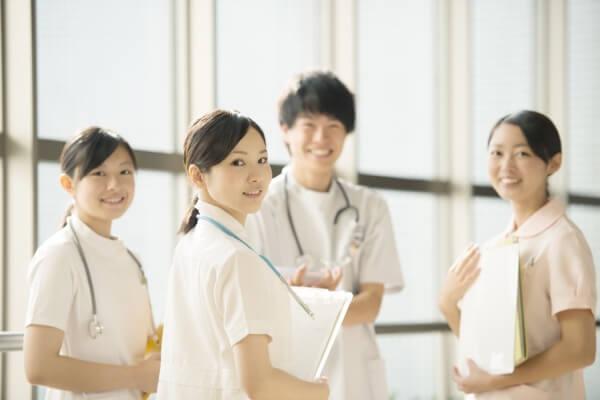 振り向く看護師
