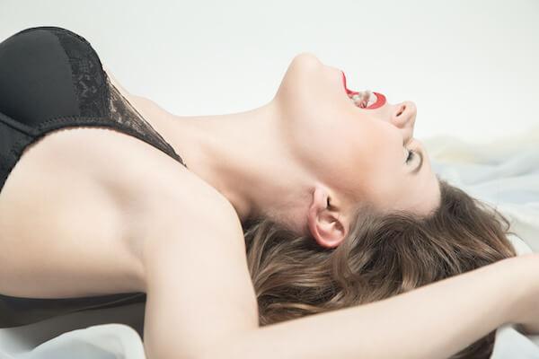マンコを舐められている女性