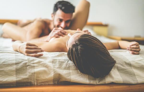 マンコを舐める男性とクンニされる女性