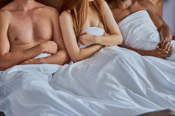 スワッピングするベッドの中の男女