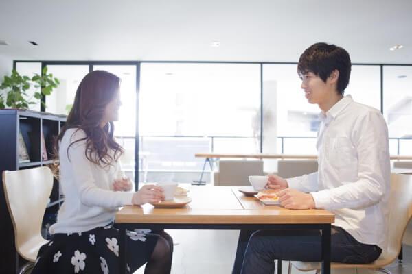 カフェで会話をする男女