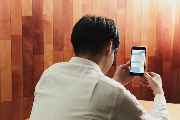出会い系アプリを使う男性