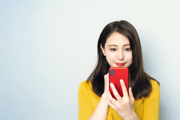 セフレを作れるアプリでメッセージをする女性