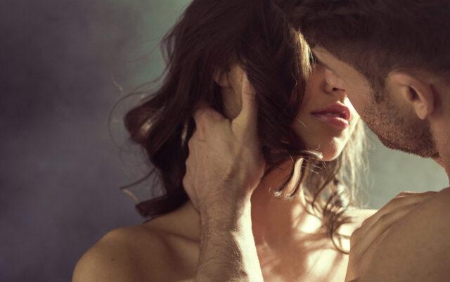 単身赴任先で出会った女性とキスする男性