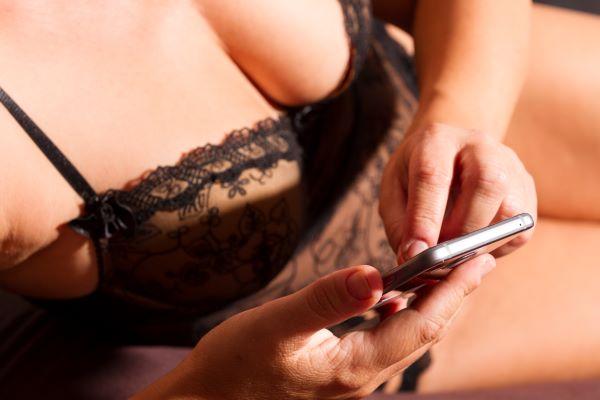 遊び目的で使えるマッチングアプリを使う女性