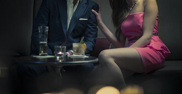 パパ活の交渉をする女性