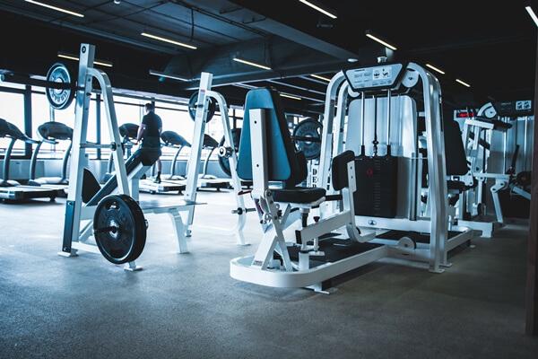 静かなジムのトレーニングスペース