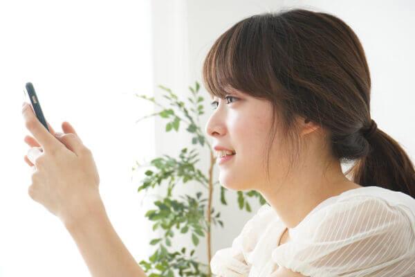 スマートフォンを使う日本人の女性