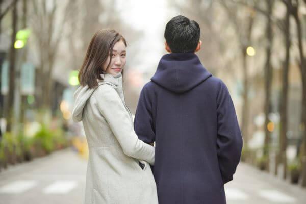 男性と女性の歩いている様子