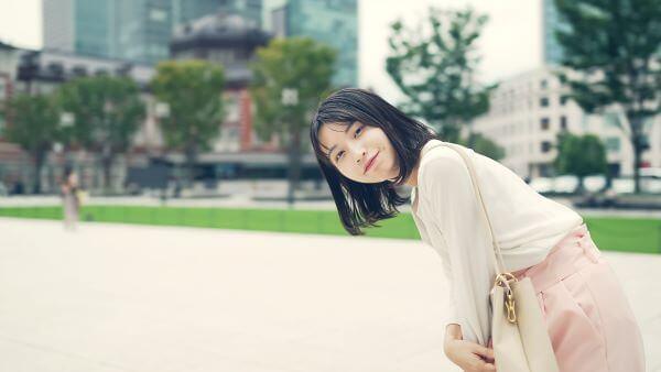 名古屋で待ち合わせやすい場所で待ち合わせをしている女性